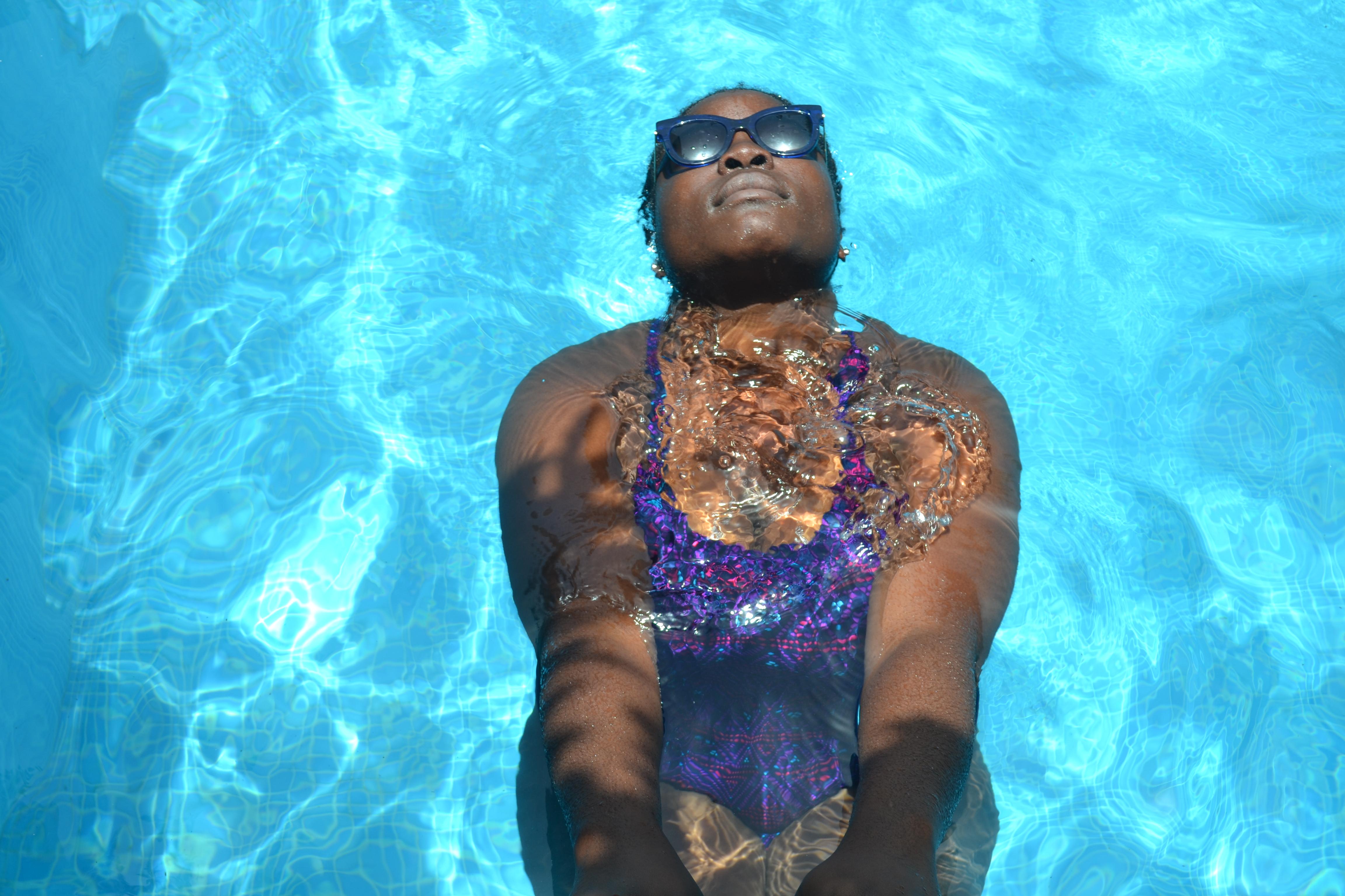 we-sisterhood-2017-dakar-6-femme-noire-piscine-lunettes