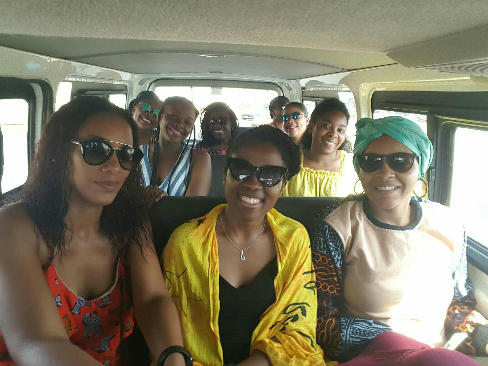 we-sisterhood-dakar-1-lac-rose-femmes-noires-groupe-transport-communs-bus
