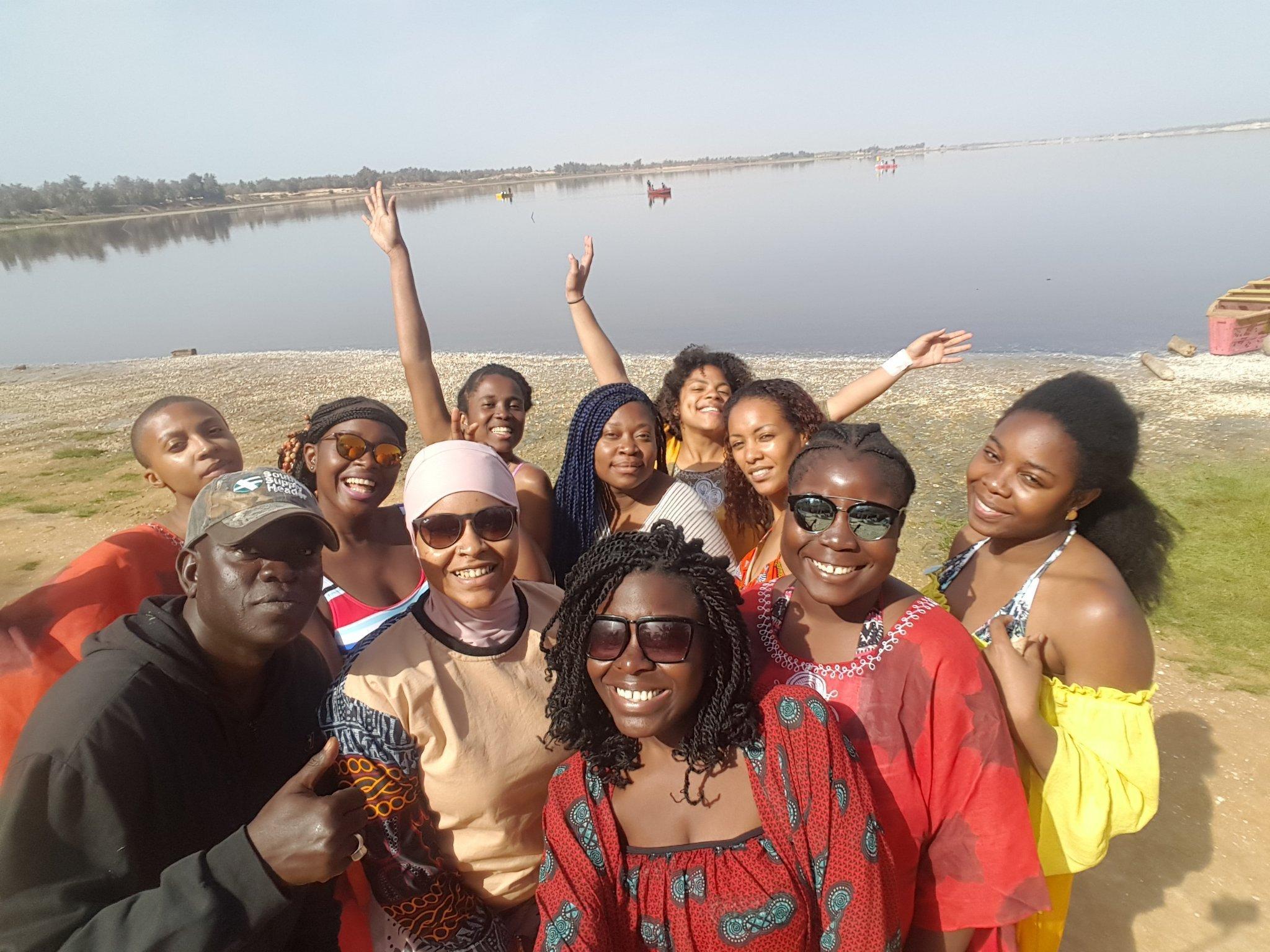 we-sisterhood-dakar-27-lac-rose-retba-selfie-groupe-femmes-noires