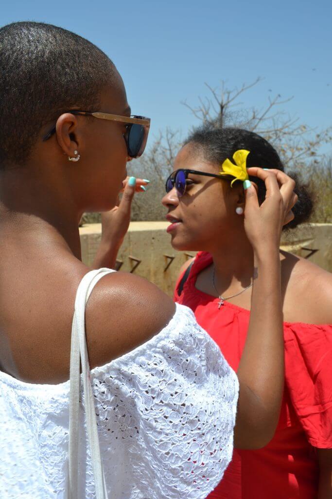 we-sisterhood-dakar-32-goree-femmes-noires-soeurs-fleurs