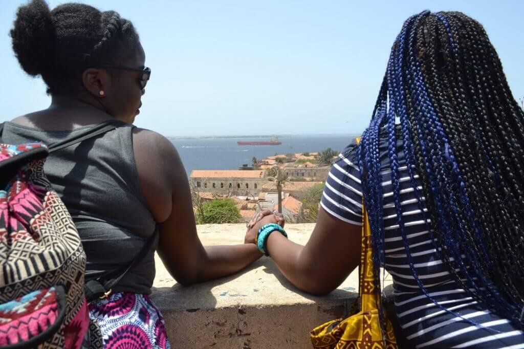 we-sisterhood-dakar-33-goree-femmes-noires-soeurs-se-tenant-la-main