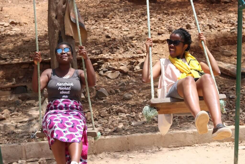 we-sisterhood-dakar-35-goree-femmes-noires-balancoire-heureuses