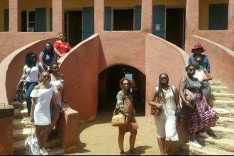 we-sisterhood-dakar-42-goree-maison-esclave-tourisme-femmes-noires-escalier-squad-goal